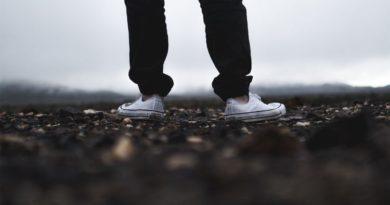 Какой цвет брюк подходит к коричневой обуви