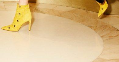 Patrizia Pepe обновил сайт и представил на нем «шпионские» ботильоны.  Модель эффектных желтых ботильонов на высоком каблуке ...