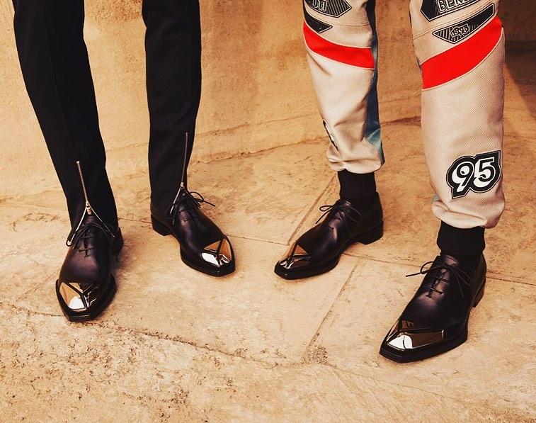 Крис Ван Аш шлифует архивные модели Berluti.  В преколлекции люксового бренда мужской обуви Berluti осень 2019 знаковые модел...