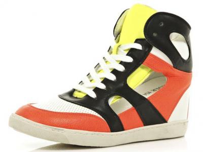 Сникерсы - самая демократичная обувь столетия.